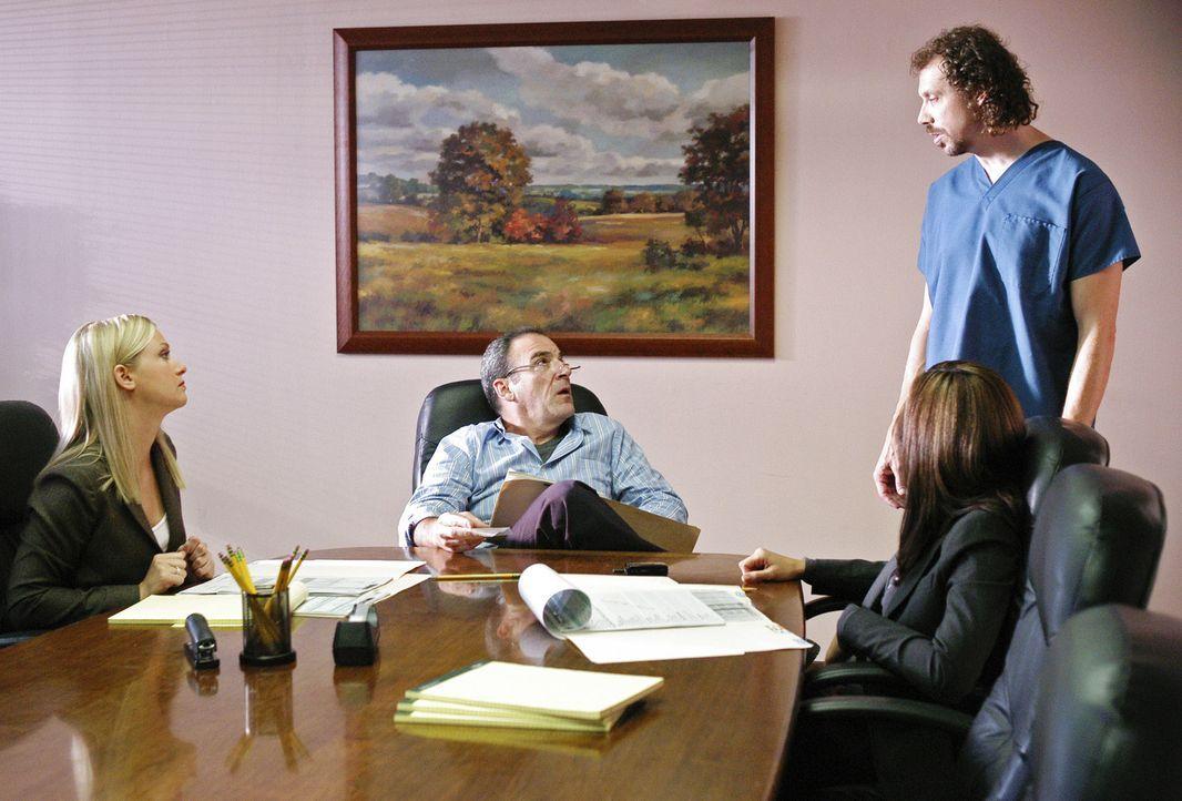 Da die Spur des Täters in ein Krankenhaus führt, ermitteln Jason Gideon (Mandy Patinkin, 2.v.l.), Elle Greenway (Lola Glaudini, 2.v.l.) und Jennif... - Bildquelle: Touchstone Television