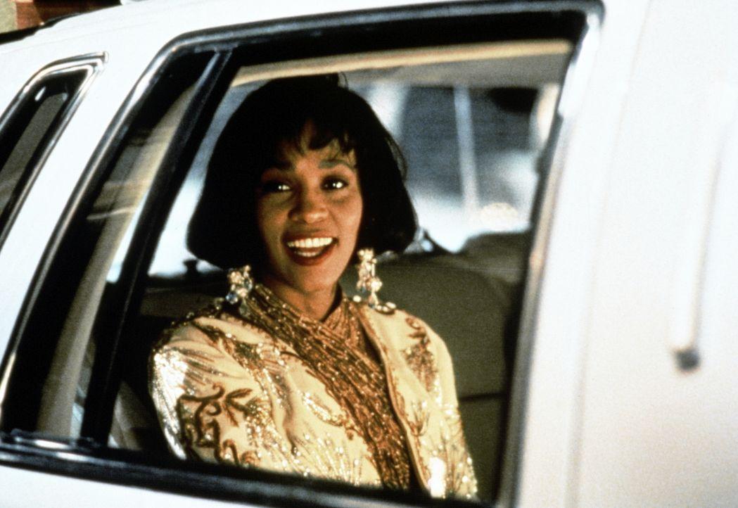 Die Pop-Queen Rachel Marron (Whitney Houston) freut sich auf die Oscar-Verleihung - leider auch ein skrupelloser Attentäter ... - Bildquelle: Warner Bros.