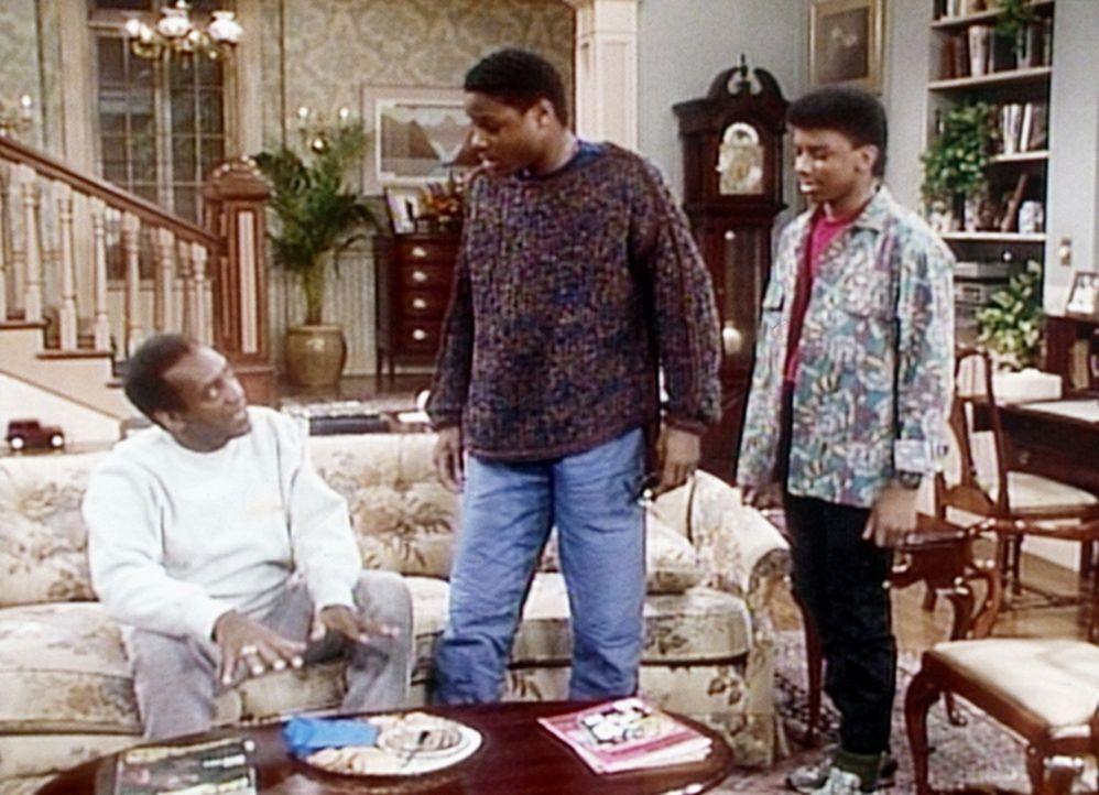 Cliff (Bill Cosby, l.) versucht, Theo (Malcolm-Jamal Warner, M.) und Cockroach (Carl Payne, r.) davon abzuhalten, von der Pastete zu essen, die er f... - Bildquelle: Viacom