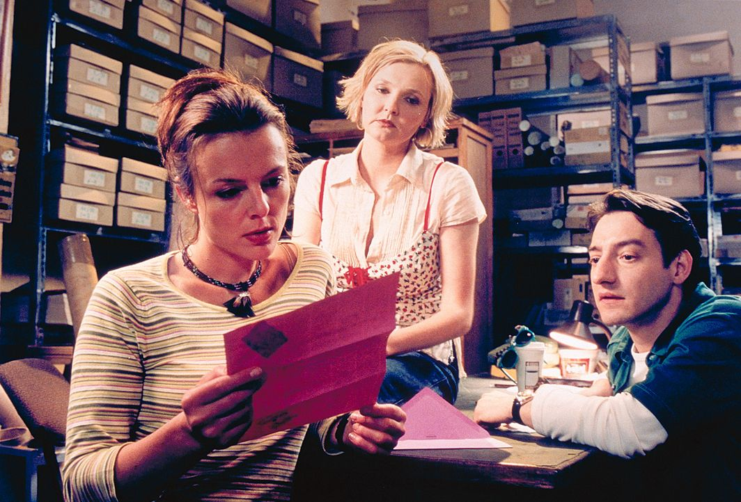Bei ihren Kollegen Lotte (Katharina Schubert, M.) und Kemal (Boris Aljinovic, r.) stößt Jennys (Annika Pages, l.) Engagement auf wenig Gegenliebe.... - Bildquelle: Mühle ProSieben