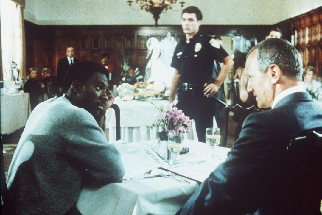 Chaotencop Axel (Eddie Murphy, l.) weiß, dass der schmierige Geschäftmann Victor Maitland (Steven Berkoff, r.) offensichtlich etwas mit dem Mord a... - Bildquelle: Paramount Pictures