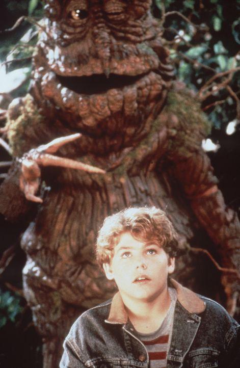 Felsenbeißer Junior bietet Bastian (Jason James Richter) seine Hilfe für den Kampf gegen die 'Nasties' an ... - Bildquelle: Warner Bros.
