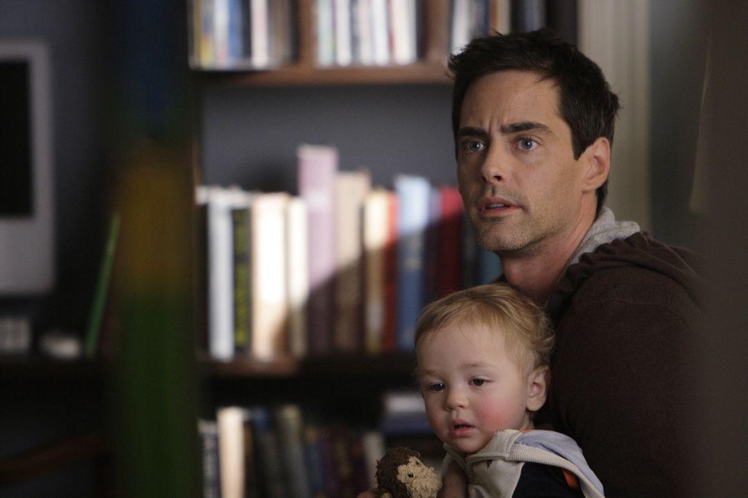 Baby Finn hält Brian Donovan (Adam Kaufman, r.) ganz schön auf Trab und noch dazu fühlt er sich von Samantha im Stich gelassen. - Bildquelle: Warner Bros. Entertainment Inc.