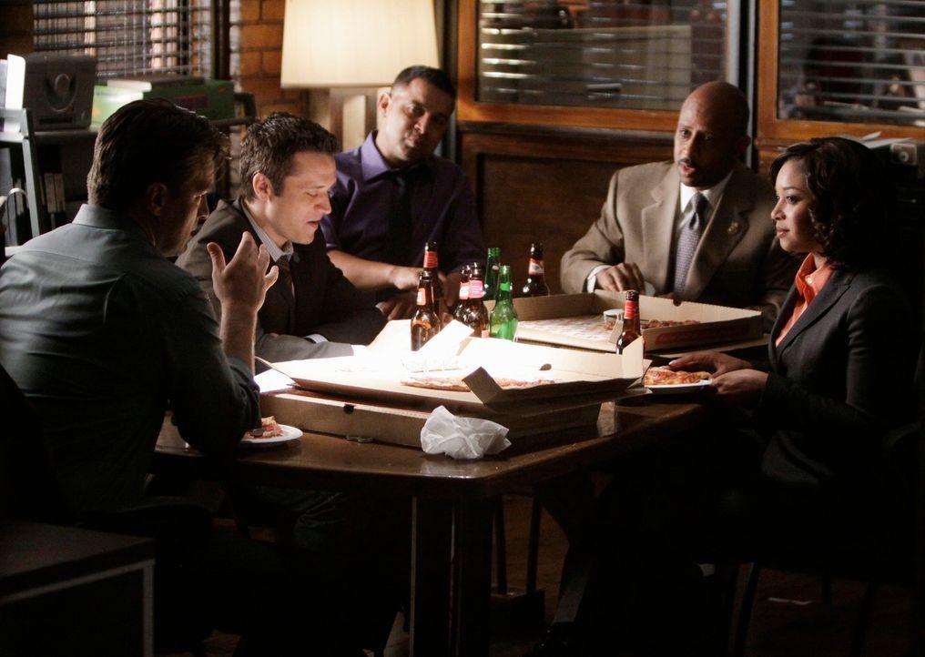Abschiedsparty: (v.l.n.r.) Richard Castle (Nathan Fillion), Kevin (Seamus Dever), Javier (Jon Huertas), Roy Montgomery (Ruben Santiago-Hudson) und L... - Bildquelle: ABC Studios
