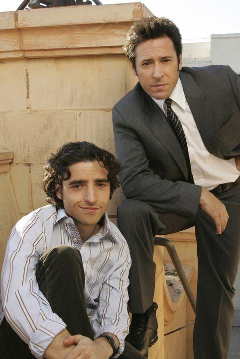 (2. Staffel) - FBI-Agent Don Eppes (Rob Morrow, r.) engagiert in schwierigen Fällen seinen Bruder Charlie (David Krumholtz, l.), einen genialen Math... - Bildquelle: Paramount Network Television