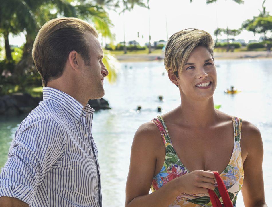 Danny (Alex O'Loughlin, l.) erhält Besuch von seiner Schwester Bridget (Missy Peregrym, r.), die wegen einer Konferenz zu Gast in Oahu ist ... - Bildquelle: Norman Shapiro 2016 CBS Broadcasting, Inc. All Rights Reserved / Norman Shapiro