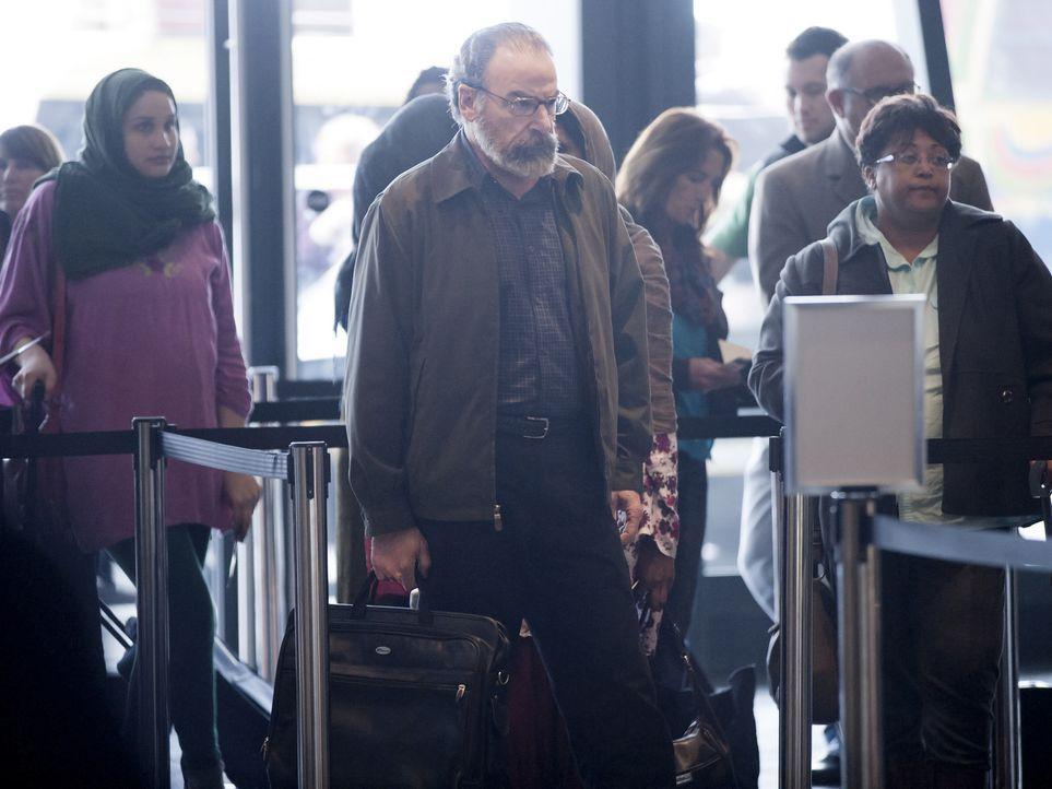 Saul (Mandy Patinkin, M.) gerät wegen einer überraschenden Entdeckung am Flughafen in große Gefahr, während Carrie hofft, von Aayan die Bestätigung... - Bildquelle: 2014 Twentieth Century Fox Film Corporation