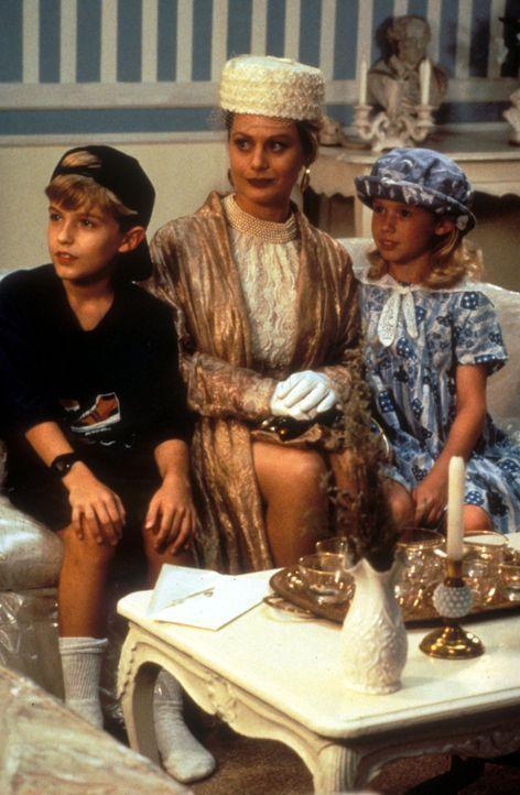 Jason (Brady Bluhm, l.) und Bea (Rachel Duncan, r.) ahnen nicht, was ihr neues Kindermädchen Edie (Beverly D'Angelo, M.) im Schilde führt ... - Bildquelle: Disney