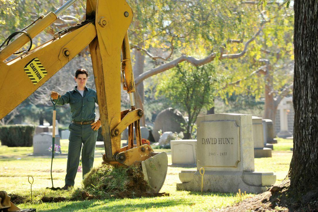 Ein Totengräber (Michael Ausiello) kümmert sich um die Exhumierung der Leiche von Dr. Megan Hunts Vater ...