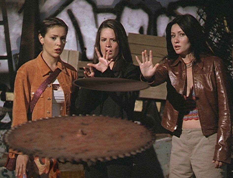 Phoebe (Alyssa Milano, l.), Piper (Holly Marie Combs, M.) und Prue (Shannen Doherty, r.) müssen alle ihre Kräfte aufbringen, um sich gegen die unver... - Bildquelle: Paramount Pictures