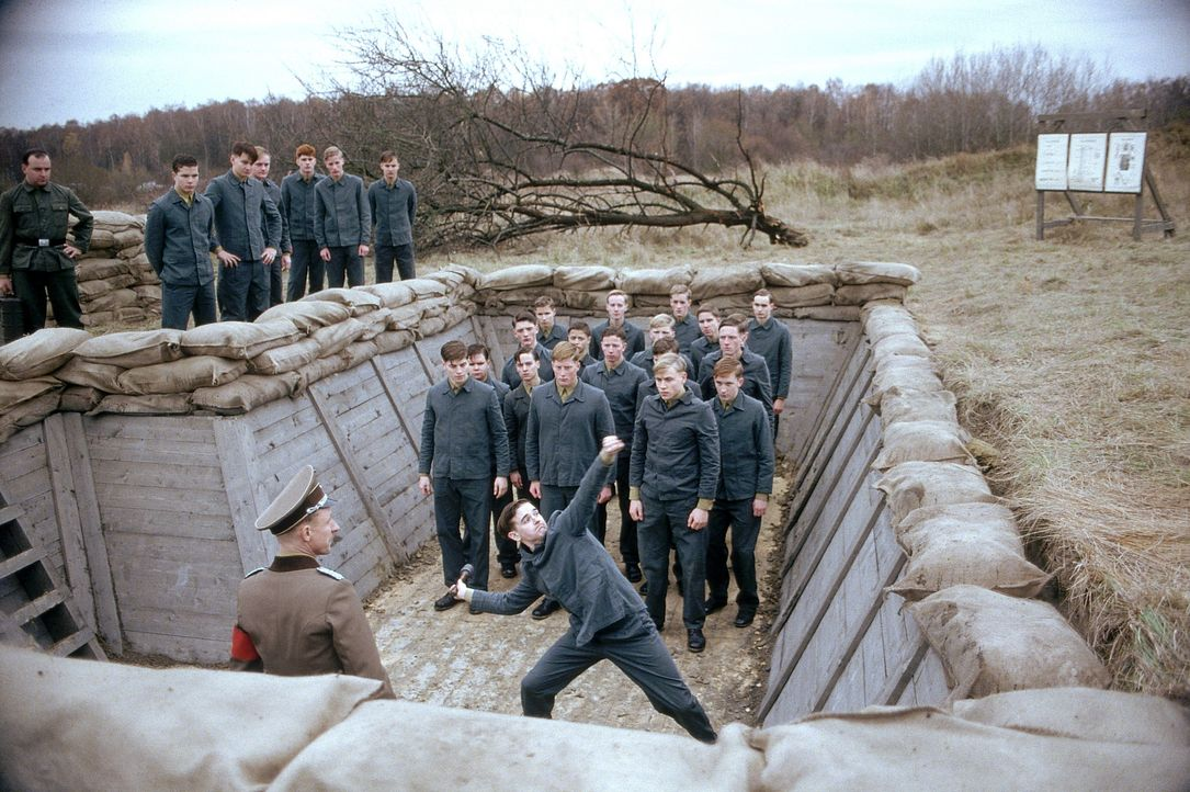 Während des Zweiten Weltkrieges beschließt der 17-jährige Friedrich gegen den Willen seiner Eltern auf ein Nazi-Elite-Internat zu gehen. Nach anf... - Bildquelle: Constantin Film