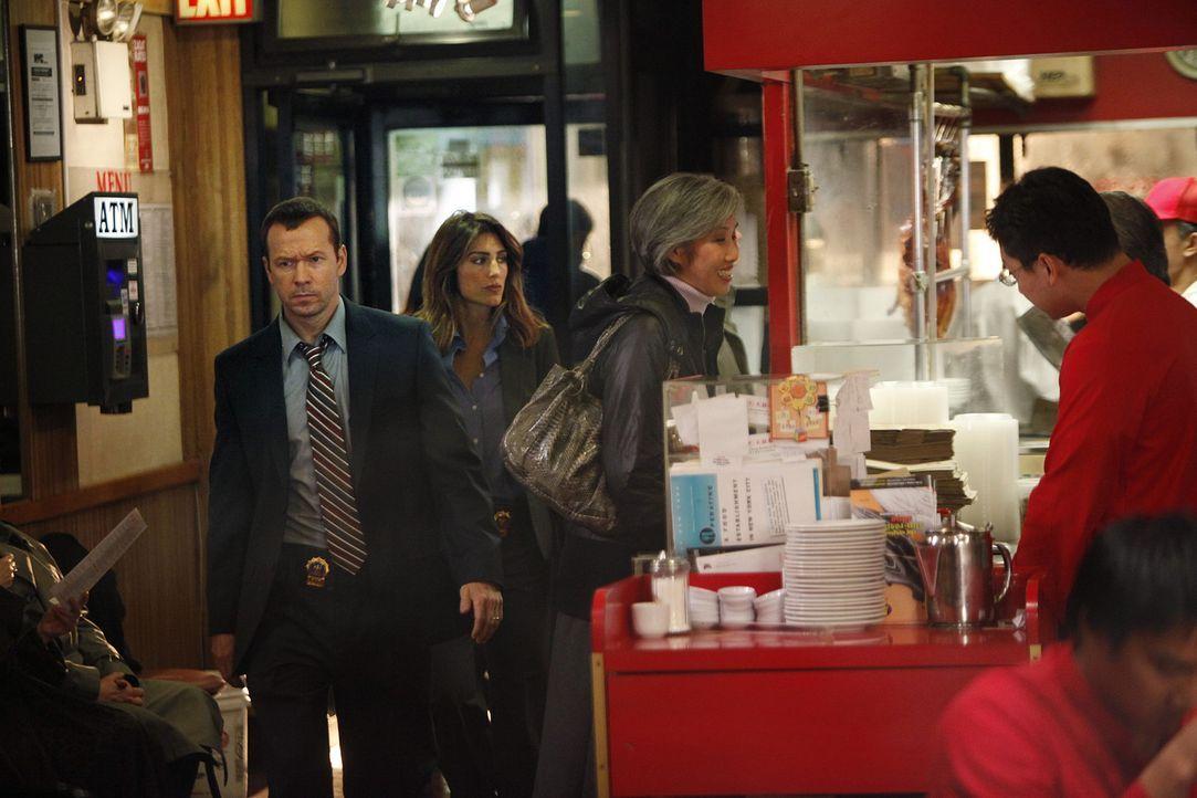 Zusammen mit Jackie (Jennifer Esposito, 2.v.l.) begibt sich Danny (Donnie Wahlberg, l.) auf die Suche nach einem Zeugen im aktuellen Fall ... - Bildquelle: 2010 CBS Broadcasting Inc. All Rights Reserved