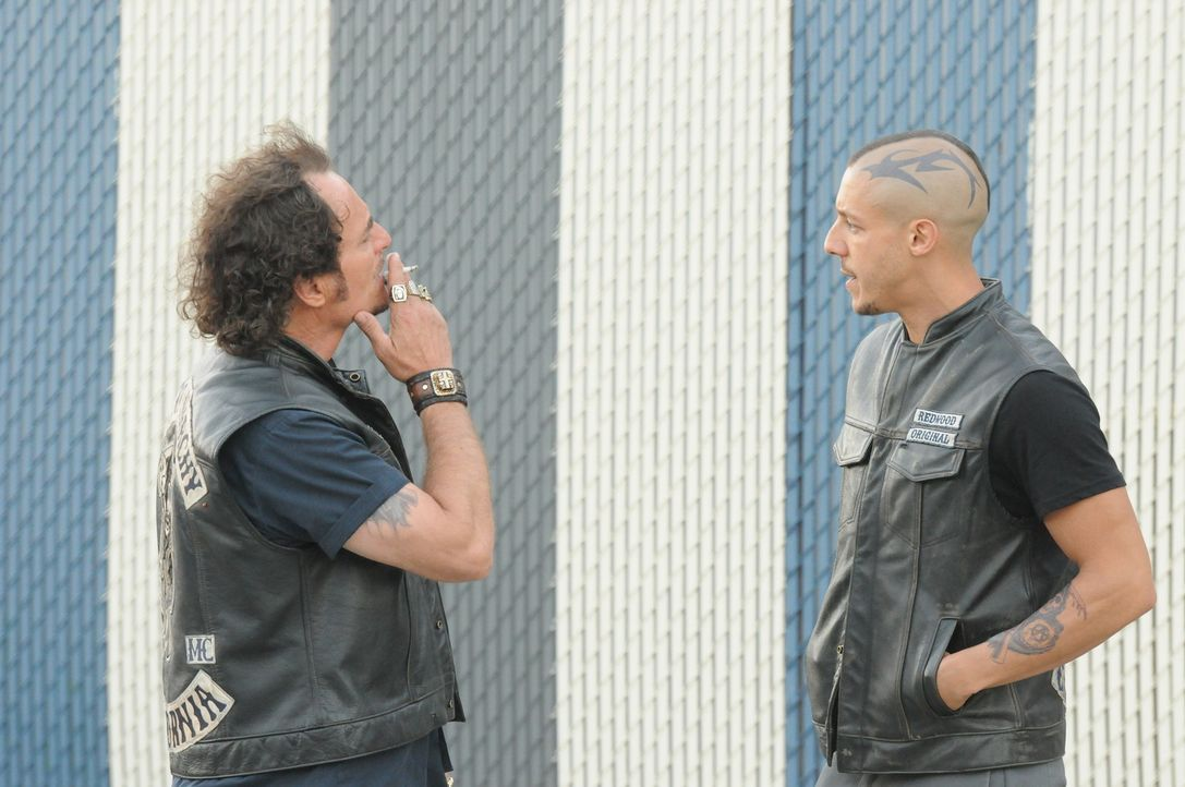 Noch ahnen weder Tig (Kim Coates, l.) noch die anderen Mitglieder des Clubs, welche Drohung Juice (Theo Rossi, r.) auf dem Revier bekommt ... - Bildquelle: 2011 Twentieth Century Fox Film Corporation and Bluebush Productions, LLC. All rights reserved.