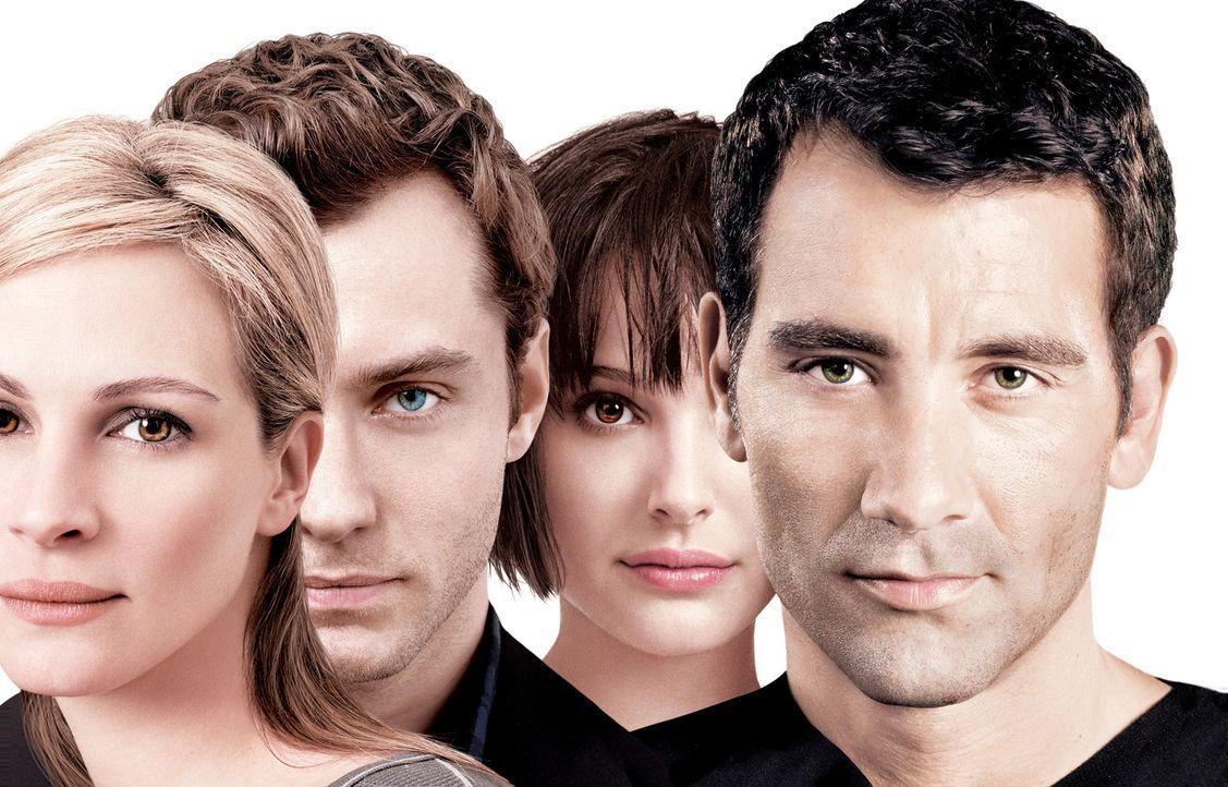 Als sich die Wege von Dan (Jude Law, 2.v.l.), Alice (Natalie Portman, 2.v.r.), Anna (Julia Roberts, l.) und Larry (Clive Owen, r.) zufällig kreuzen... - Bildquelle: Sony Pictures Television International. All Rights Reserved.