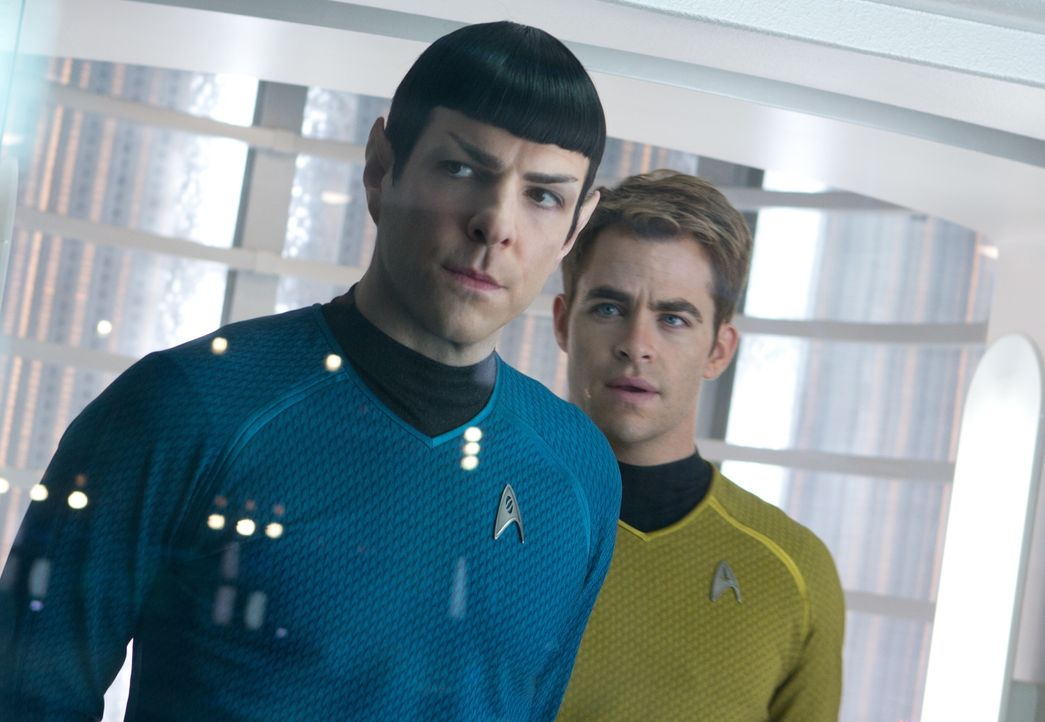 Als ein fürchterlicher Terroranschlag London erschüttert, werden Kirk (Chris Pine, r.) und Spock (Zachary Quinto, l.) auf eine lebensgefährliche Ver... - Bildquelle: Zade Rosenthal 2013 Paramount Pictures.  All Rights Reserved. / Zade Rosenthal