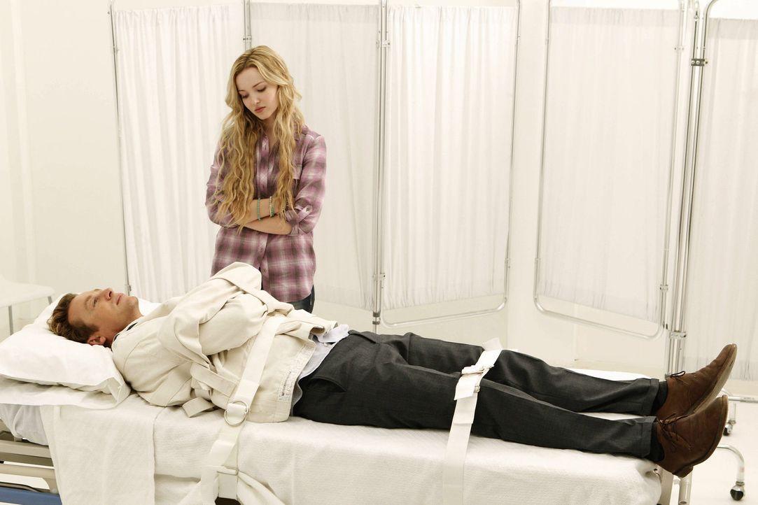 Während der Ermittlungen in einem neuen Fall sieht Patrick (Simon Baker, l.) plötzlich seine verstorbene Tochter Charlotte (Dove Cameron, r.). Doch... - Bildquelle: Warner Bros. Television
