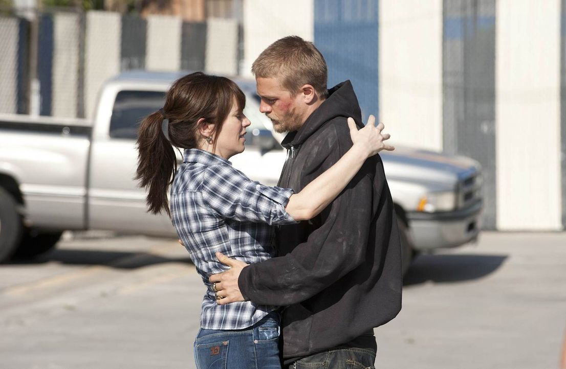 Wissen Tara (Maggie Siff) und Jax (Charlie Hunnam) mehr über den Tod von Jax' Vater, als sie zugeben? - Bildquelle: 2011 Twentieth Century Fox Film Corporation and Bluebush Productions, LLC. All rights reserved.