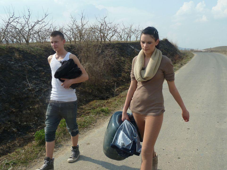 David (l.) und Angelina (r.) werden von ihren Eltern nach Mazedonien zu den strengsten Eltern der Welt geschickt ... - Bildquelle: kabel eins