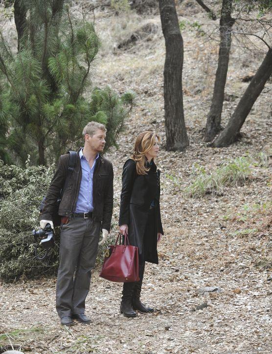 Besichtigen den Tatort: Dr. Megan Hunt (Dana Delany, r.) und Peter Dunlop (Nicholas Bishop, l.) - Bildquelle: ABC Studios