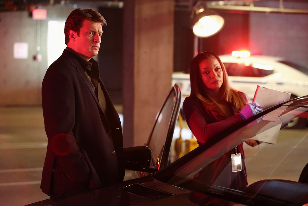 Jeder noch so kleine Hinweis auf den Mörder von Alice Clark wird von Lanie (Tamala Jones, r.) dokumentiert. Richard Castle (Nathan Fillion, l.) ist... - Bildquelle: 2013 American Broadcasting Companies, Inc. All rights reserved.