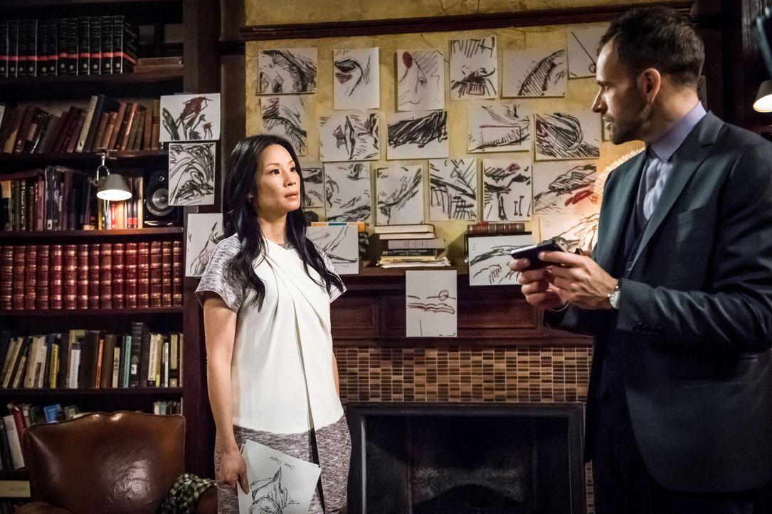 Sherlock Holmes (Jonny Lee Miller, r.) und Dr. Watson (Lucy Liu, l.) ermittteln in einem Entführungsfall: Die siebenjährige Kayden Fuller wurde geki... - Bildquelle: CBS Television