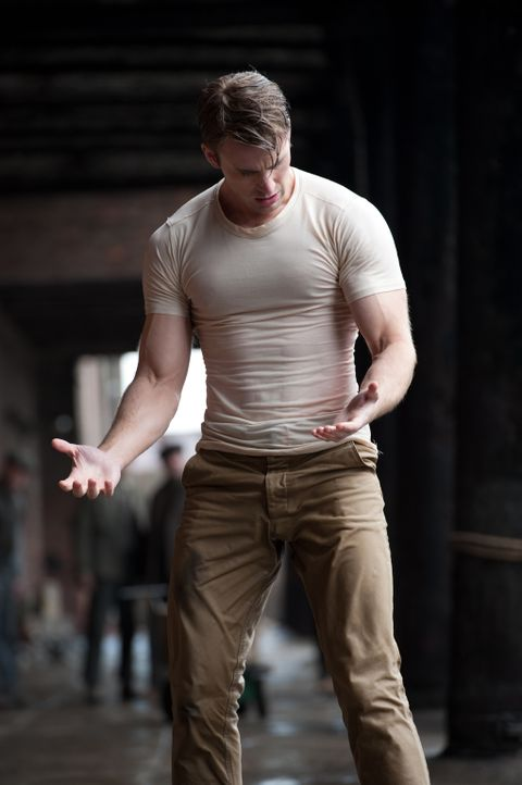 Endlich ist der Tag gekommen, an dem Soldat Steve Rogers (Chris Evans) das Wundermittel gespritzt wird. Während sämtliche Apparate heiß laufen, muti... - Bildquelle: TM &   2011 Marvel Entertainment, LLC & subs. All Rights Reserved.