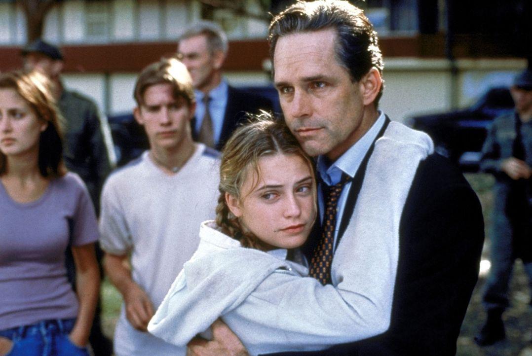 Endlich in Sicherheit: US-Präsident Hayes (Gregory Harrison, r.) kann seine entführte Tochter Jess (Monica Keena, l.) wohlbehalten in die Arme sch... - Bildquelle: Columbia TriStar