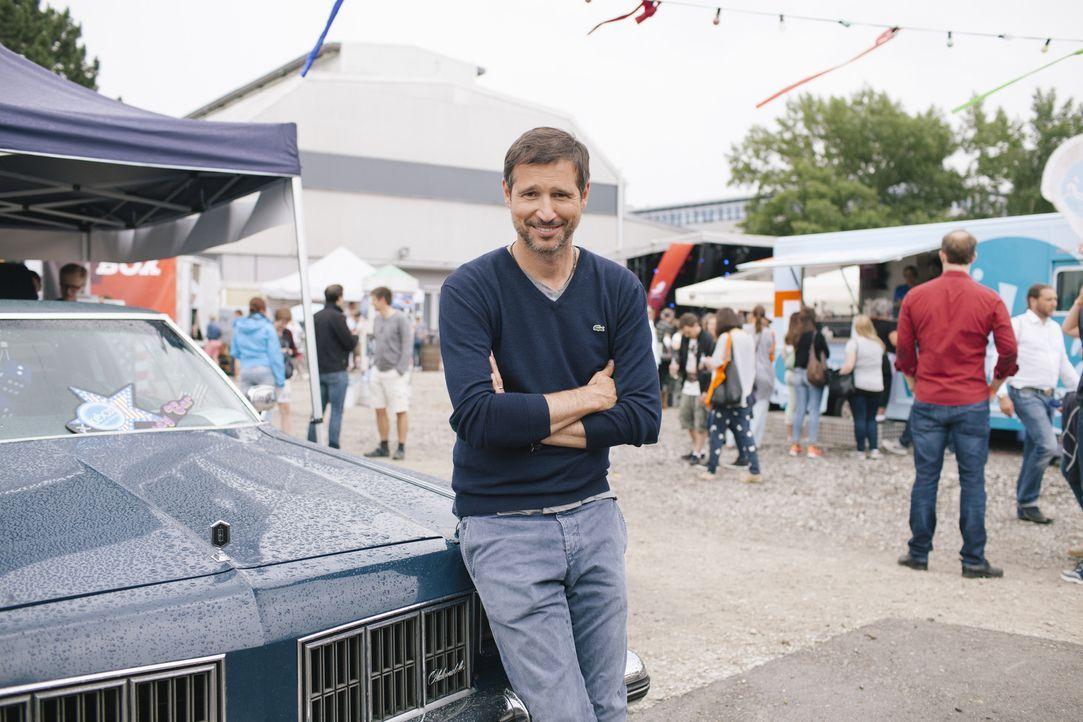 """Moderator Andreas Türck geht beim """"kabel eins Food Truck Festival"""" in München unter anderem der Frage nach, was die Speisen aus den Food Trucks so b... - Bildquelle: Stefan Hobmaier kabel eins"""