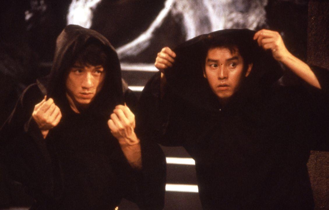 Gemeinsam wagen sich Jackie (Jackie Chan, l.) und Alan (Alan Tam, r.) in die Höhle des Löwen. Dort machen sie eine schreckliche Entdeckung ... - Bildquelle: Golden Harvest Company