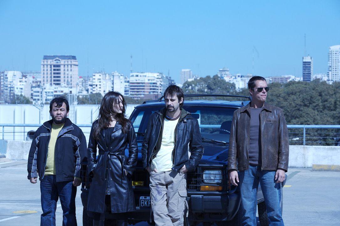 Als die vier Diebe (v.l.n.r.) Leserio (Silverio Palacios), Monica (Ana de la Reguera), Leonardo (Jordi Mollá) und Carlos (Tony Dalton) ihre Beute i...