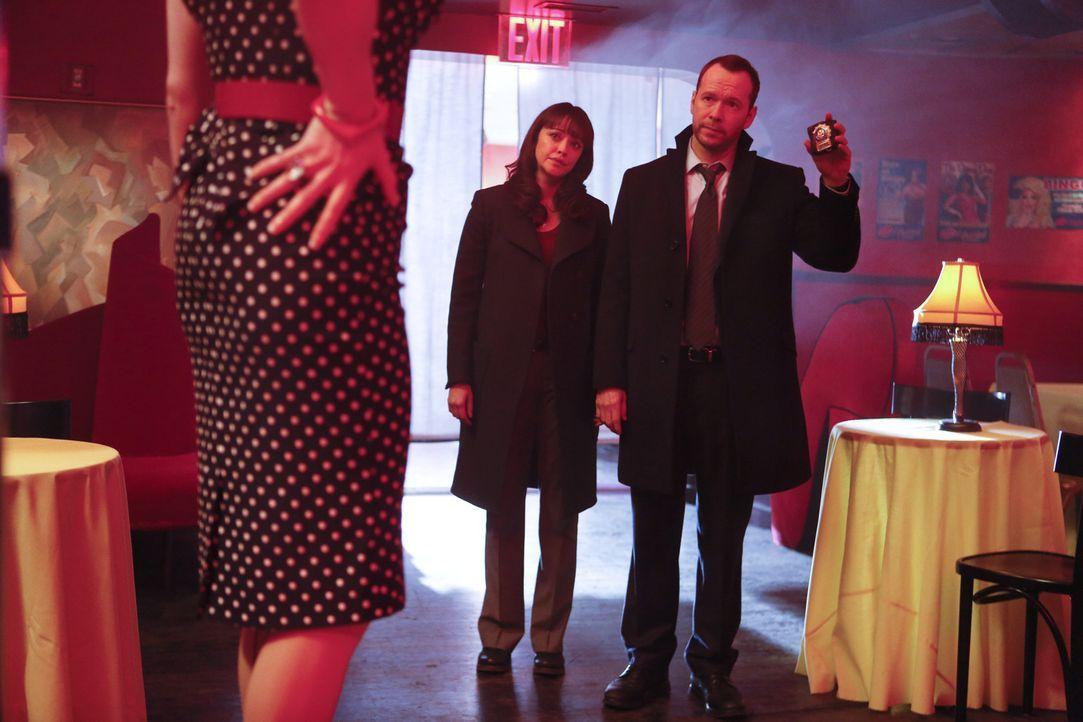 Als die berühmte Drag Queen Tiffany Lamp tot in einem Park entdeckt wird, übernehmen Danny (Donnie Wahlberg, r.) und Baez (Marisa Ramirez, l.) den F... - Bildquelle: 2013 CBS Broadcasting Inc. All Rights Reserved.