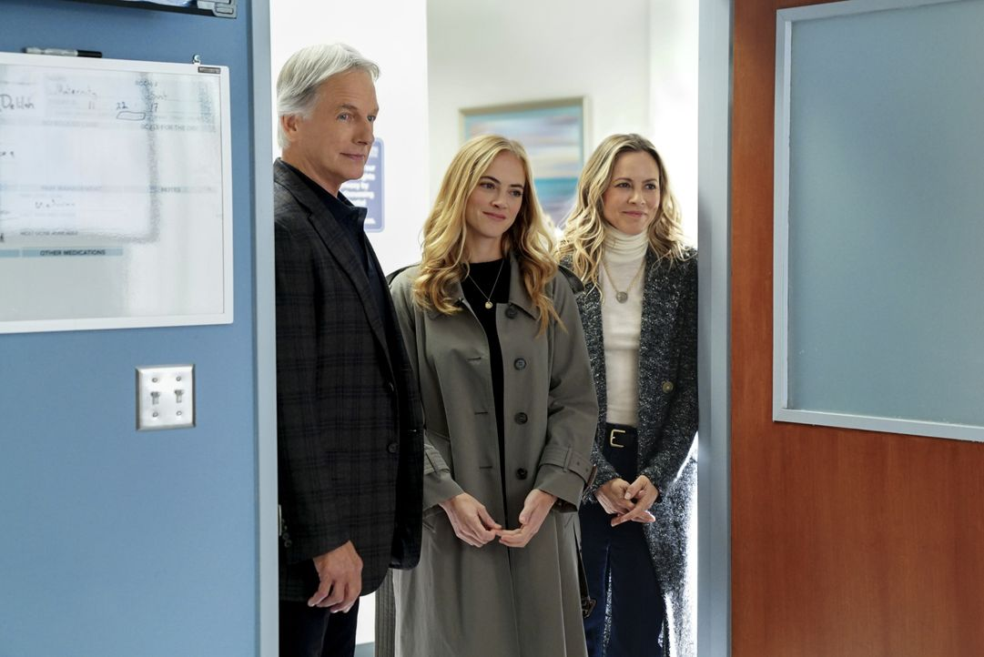 Als Gibbs (Mark Harmon,l.), Ellie (Emily Wickersham, M.) und Jack (Maria Bello, r.) ins Krankenhaus kommen, um mit dem Geiselnehmer zu verhandeln, e... - Bildquelle: Sonja Flemming 2017 CBS Broadcasting, Inc. All Rights Reserved. / Sonja Flemming