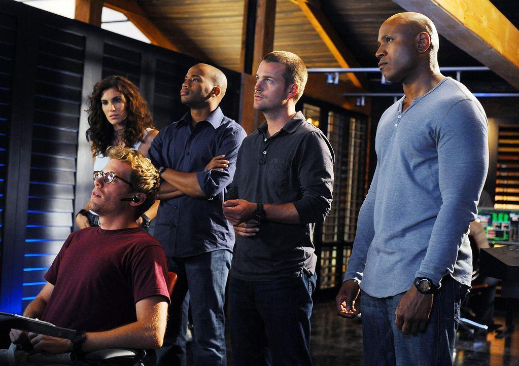 Versuchen, einen Mordfall zu lösen: Eric Beal (Barrett Foa, vorne), Special Agent Kensi Blye (Daniela Ruah, l.), Dominic Vail (Adam Jamal Craig, 2.v... - Bildquelle: CBS Studios Inc. All Rights Reserved.