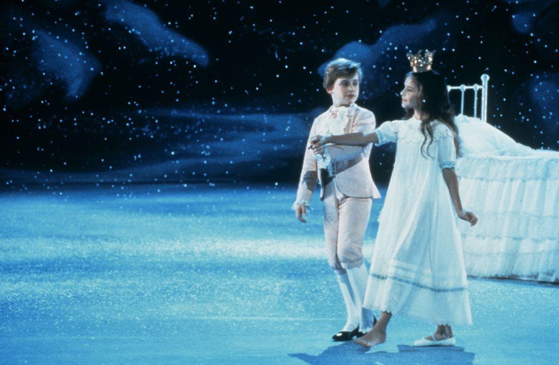 Für Marie (Jessica Lynn Cohen, r.) scheint ein Traum in Erfüllung zu gehen, als sie mit dem Nussknacker (Macaulay Culkin, l.) ins Land der Süßigkeit...