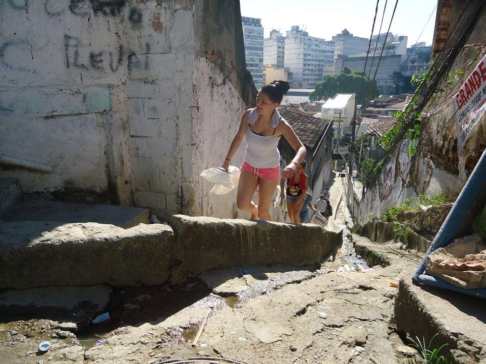 Sara (l.) hatte sich eigentlich auf einen Party-Urlaub an der Copacabana gefreut, doch dann kommt alles ganz anders ... - Bildquelle: kabel eins