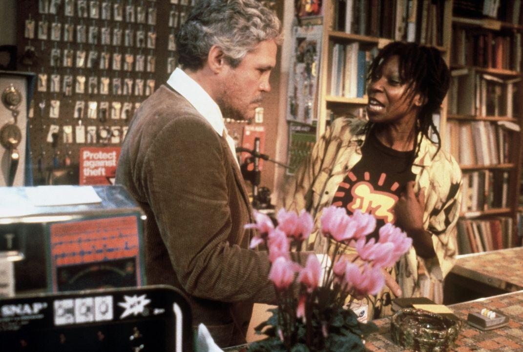 Die Ex-Einbrecherin Bernice (Whoopi Goldberg, r.) ertappt einen Ladendieb (Thom Bray, l.) und sagt ihm gehörig die Meinung ... - Bildquelle: Warner Bros.