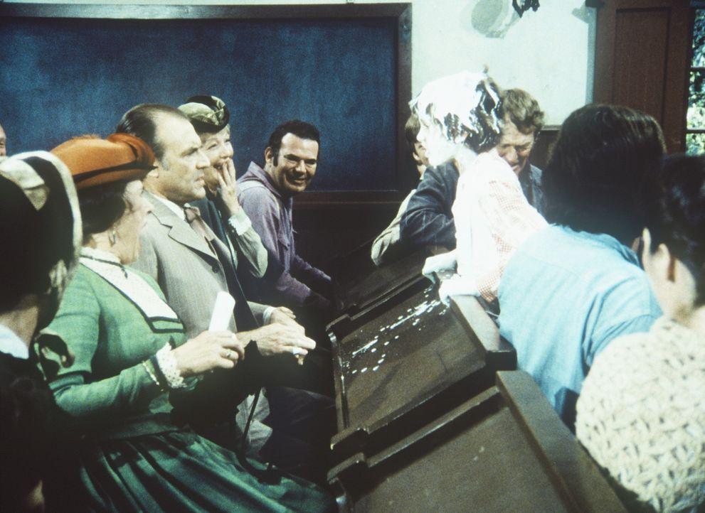 Entsetzt müssen Mrs. (Katherine MacGregor, l.) und Mr. Oleson (Richard Bull, 2.v.l.) erleben, wie ihr Willie (Jonathan Gilbert) von der Bühne stol... - Bildquelle: Worldvision