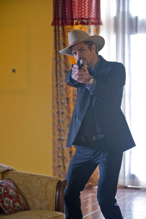 Ist mal wieder im Einsatz für Gerechtigkeit: Raylan Givens (Timothy Olyphant) - Bildquelle: 2010 Sony Pictures Television Inc. and Bluebush Productions, LLC. All Rights Reserved.