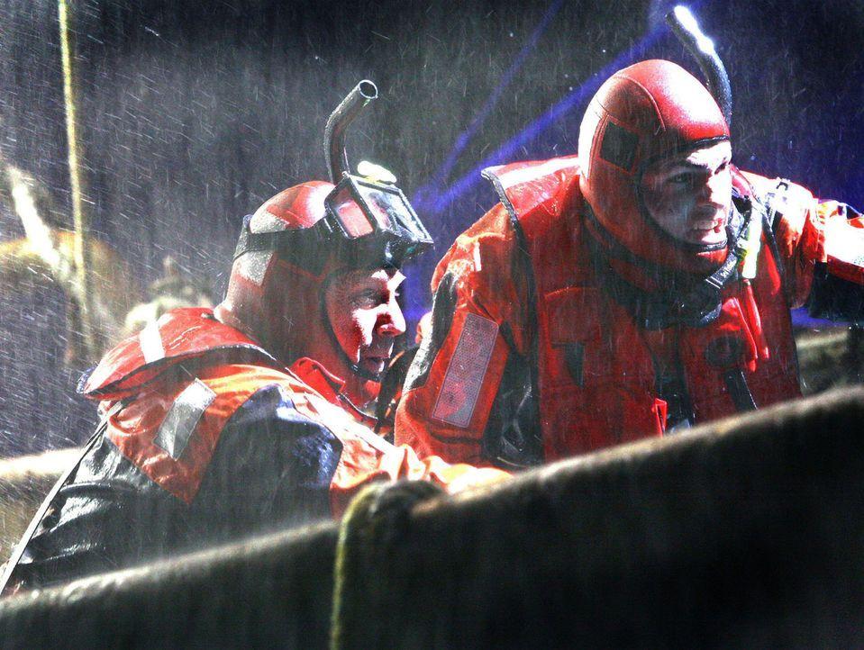 Ihnen steht in den eisigen Fluten die größte Herausforderung bevor: der legendäre Rettungsschwimmer Ben Randall (Kevin Costner, l.) und sein bega... - Bildquelle: Touchstone Pictures. All rights reserved