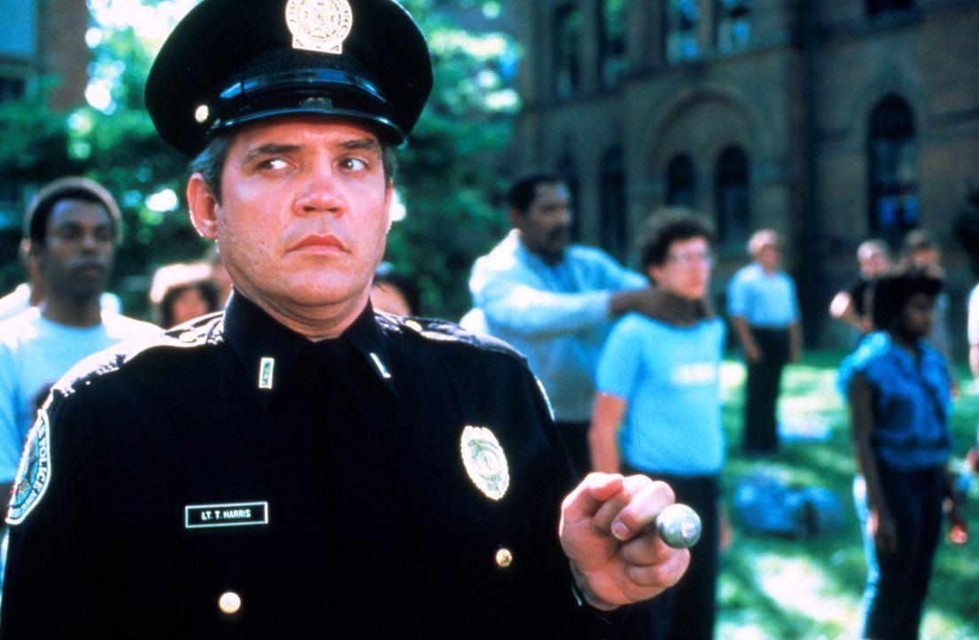 Unbarmherzig drillt Lt. Harris (G. W. Bailey, vorne) die Neuankömmlinge ... - Bildquelle: Warner Bros.