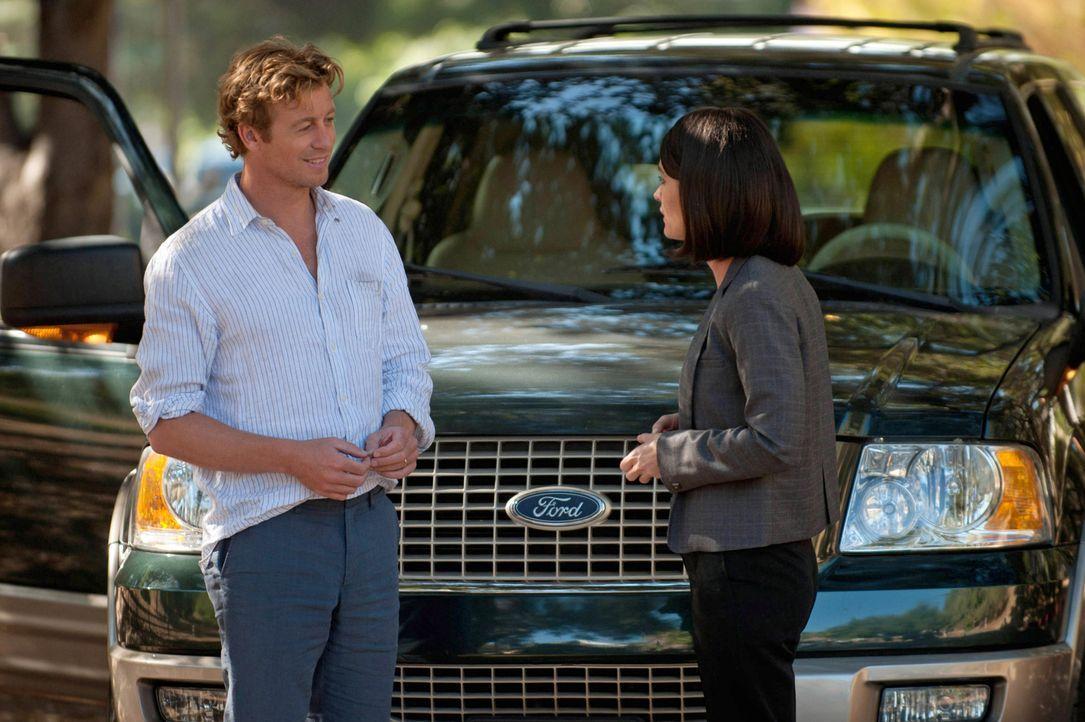Rückblick: Patrick Jane (Simon Baker, l.) steht dem CBI-Team um Teresa Lisbon (Robin Tunney, r.) zum ersten Mal bei der Aufklärung eines Falles zur... - Bildquelle: Warner Bros. Television