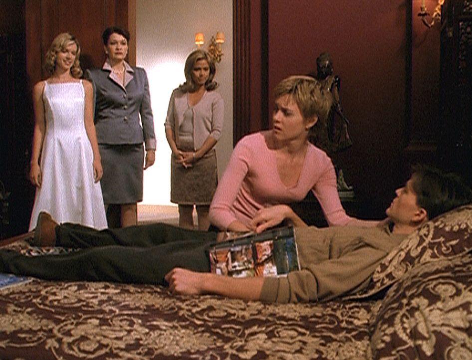 Allison (Christie Lynn Smith, 2.v.r.) versteht die Welt nicht mehr: Ihr Verlobter Elliot (Todd Cattell, r.) liegt völlig apathisch im Bett und sche... - Bildquelle: Paramount Pictures