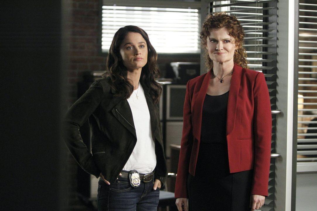 Ein neuer Fall beschäftigt Teresa (Robin Tunney, l.) und Brenda Shettrick (Rebecca Wisocky, r.) ... - Bildquelle: Warner Bros. Television