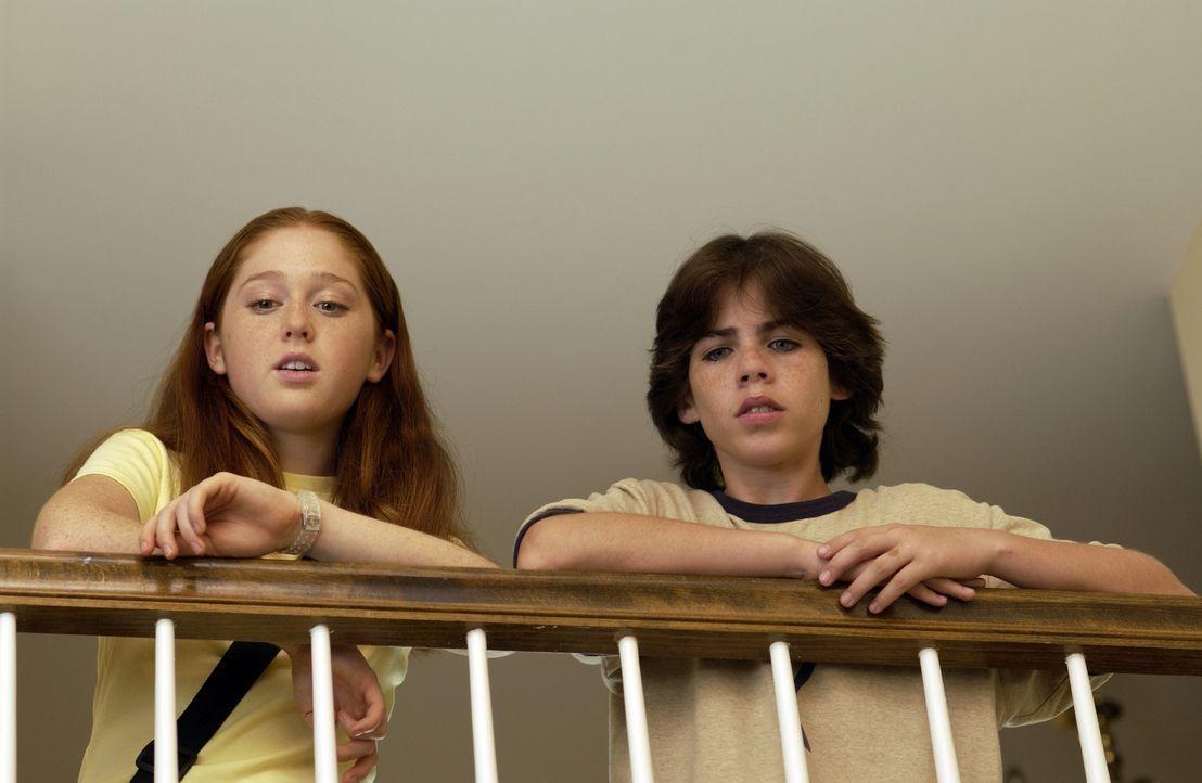 Als Zach (Sammy Kahn, r.) und Becky (Stephanie Sherrin, l.) erkennen, dass Dr. Wagner die Kinder von Newyville entführt, um ihnen den Mikrochip zu... - Bildquelle: North by Northwest Entertainment