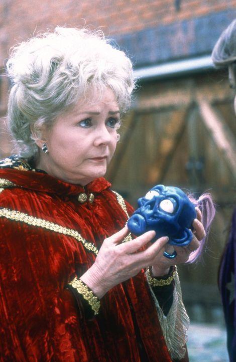 Mittels eines Schrumpfkopfes kommuniziert die Hexe Aggie Cromwell (Debbie Reynolds) mit ihrer Familie ... - Bildquelle: DISNEY