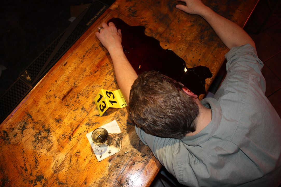 Bei einer Schießerei kommen drei unschuldige Menschen ums Leben, ein Mann überlebt schwer verletzt. Anschließend legt der Schütze ein Feuer ... - Bildquelle: Jupiter Entertainment