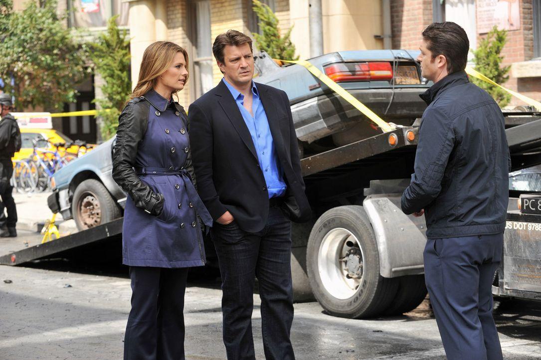 Agent Guerrero (Jed Bernard, r.) teilt Castle (Nathan Fillion, M.) und Beckett (Stana Katic, l.) mit, dass sie den Tatort nicht betreten dürfen ... - Bildquelle: ABC Studios