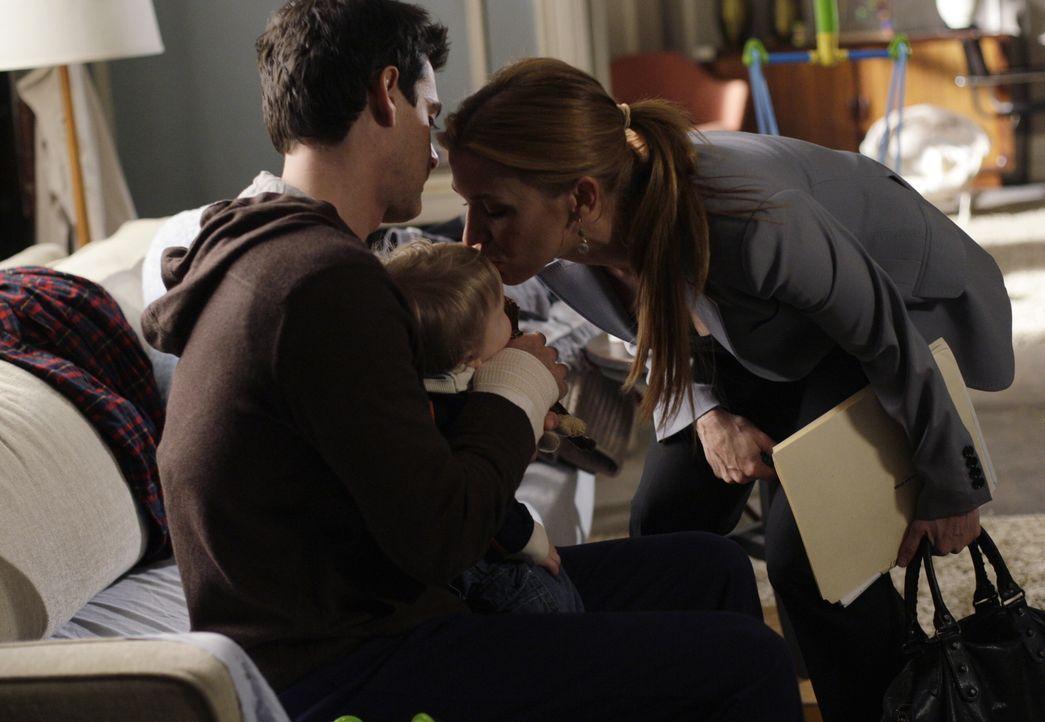 Samantha (Poppy Montgomery, r.) verabschiedet sich von Brian (Adam Kaufman, l.) und ihrem Baby. - Bildquelle: Warner Bros. Entertainment Inc.