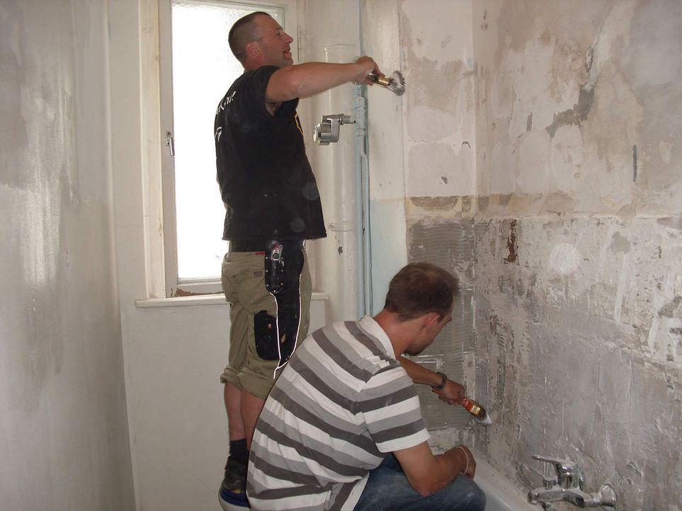 Superheimwerker Ken (l.) hilft Bastian (r.), endlich das alte Badezimmer auf Vordermann zu bringen. - Bildquelle: kabel eins