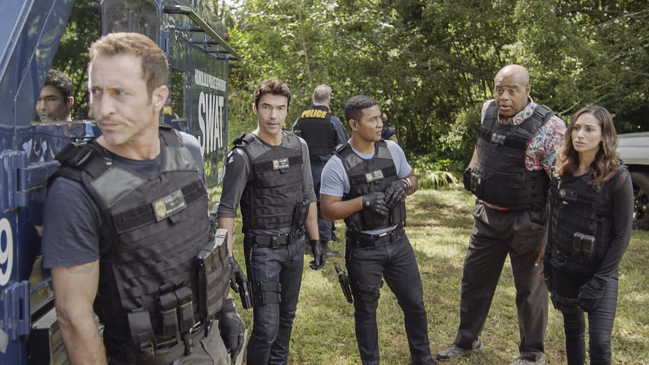 (v.l.n.r.) Steve McGarrett (Alex O'Loughlin); Adam Noshimuri (Ian Anthony Dale); Junior Reigns (Beulah Koale); Lou Grover (Chi McBride); Tani Rey (M... - Bildquelle: 2019 CBS Broadcasting, Inc. All Rights Reserved